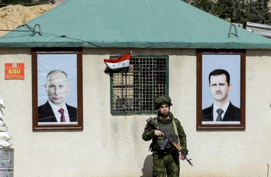 Vlagyimir Putyin és Bassár el-Aszad képe egy Damaszkusz melletti katonai ellenőrzőpont falán 2018. januárjában #moszkvater