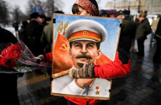 Sztálin egyre inkább a birodalmi kontextusban, a II. világháborúban győztes hadvezérként, az orosz dicsőség helyreállítójaként jelent meg #moszkvater