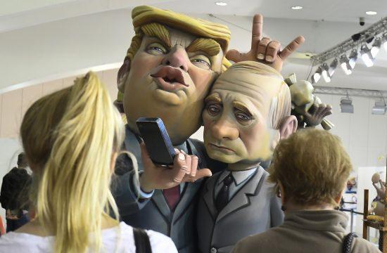 Donald Trumpot és Vlagyimir Putyint ábrázoló maszkos felvonulók Valenciában, a Fallas fesztiválon 2018. március 9-én