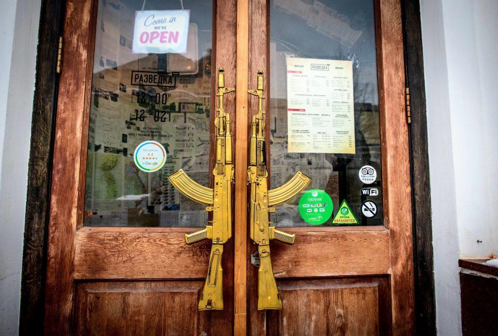 """A """"Hírszerző"""" bár bejárata a Lubjankán, nem messze az FSZB központjától Moszkvában Fotó:EUROPRESS/AFP/Mladen Antonov #moszkvater"""