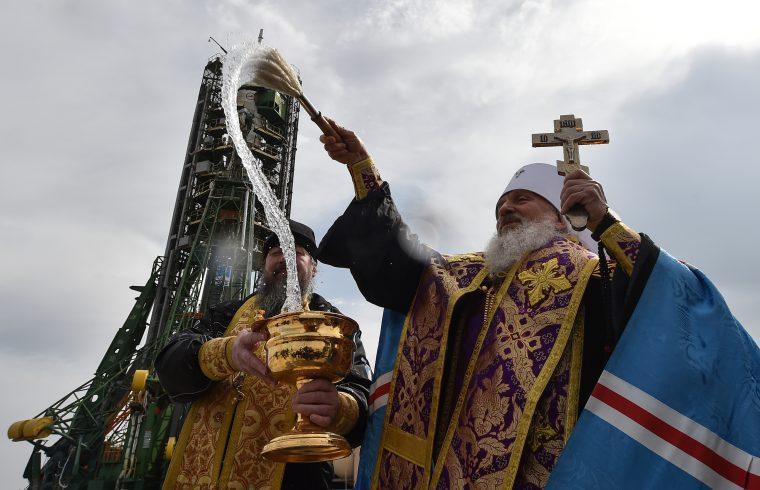 Orosz ortodox pap áldja meg kilövés előtt a kazahsztáni Bajkonurban a Szojuz hordozórakétát 2018. március 20-án #moszkvater
