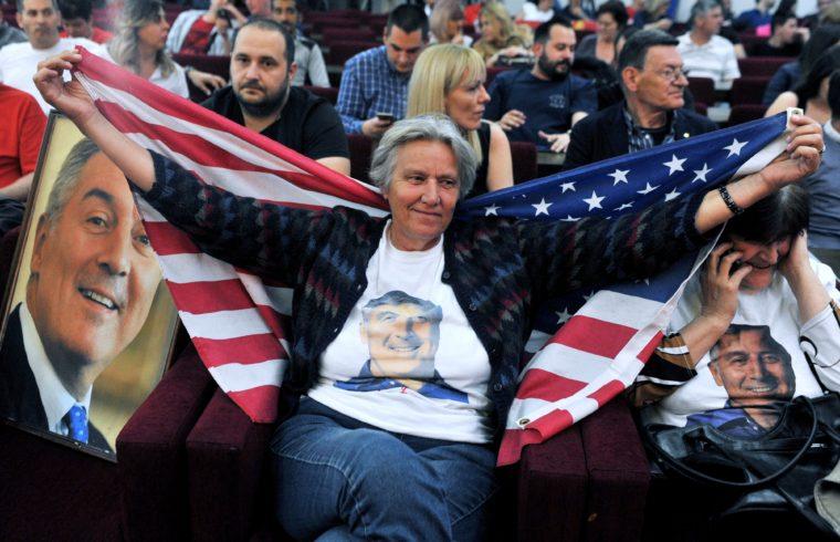 Milo Gyukanovics egy támogatója amerikai zászlóba burkolózva Podgoricában, 2018. április 15-én #moszkvater