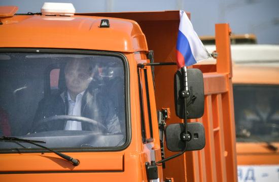 Vlagyimir Putyin orosz elnök egy teherautó volánjánál a Kercsi-szoros hídját 2018. május 15-i megnyitó ünnepségen #moszkvater