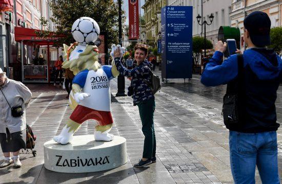Járókelők fotózkodnak Zabivakával, a 2018-as labdarúgó VB kabalafigurájával Nyizsnij Novgorod egyik utcájában 2018. június 13-án #moszkvater