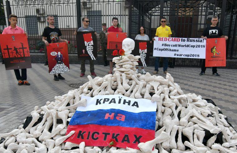 Az oroszországi futball világbajnokság elleni bojkottra is buzdító ukrán tüntetők a kijevi Orosz nagykövetség előtt 2018. június 14-én. Fotó:EUROPRESS/AFP/Genya Savilov #moszkvater
