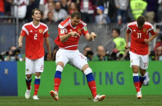 Artem Dzyuba (középen) öröme, miután Oroszország megszerezte harmadik gólját a szaúdi válogatott ellen a moszkvai Luzsnyiki stadionban 2018. június 14-én #moszkvater