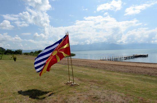 A görög és a macedón zászló a Preszpa-tó partján a Görögország és Macedónia közötti megállapodás aláírásakor 2018. június 17-én Fotó:EUROPRESS/AFP/Maja Zlatevska #moszkvater