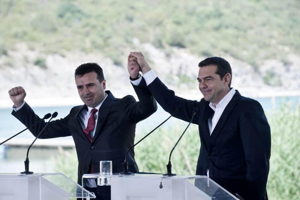 Zoran Zaev macedón és Alexisz Ciprasz görög államfő, miután aláírták a megegyezést Macedónia névváltoztatásáról a Prespes tó partján 2018. június 17-én #moszkvater