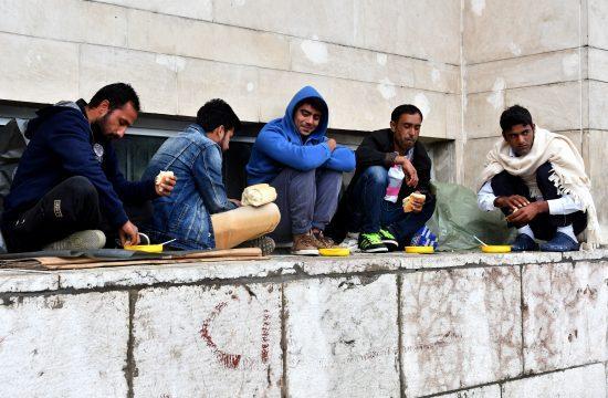 #moszkvater Menekültek esznek a szarajevói központi pályaudvar közelében 2018. június 19-én