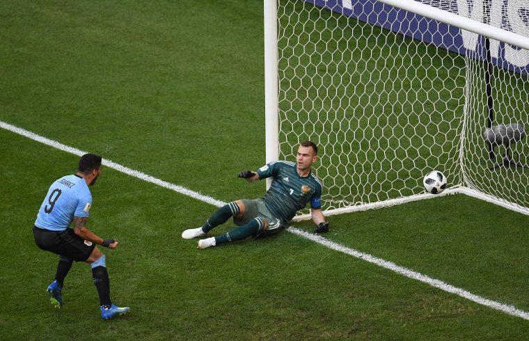 Luis Suarez gólöröme a fekvő Igor Akinfejevvel szemben, miután Urugay válogatottja vezetést szerzett Oroszország csapata ellen a Labdarúgó Világbajnokságon, 2018. június 25-én #moszkvater