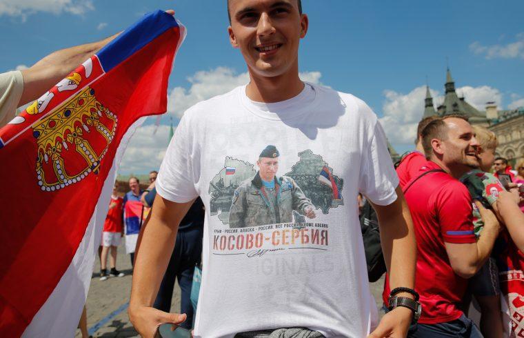 Szerb szurkoló Moszkvában a Vörös téren egy Putyin elnököt és Koszovót, valamint Szerbiát ábrázoló térképpel a pólóján 2018. június 27-én Fotó:EUROPRESS/AFP/Maxim Zmeyev #moszkvater