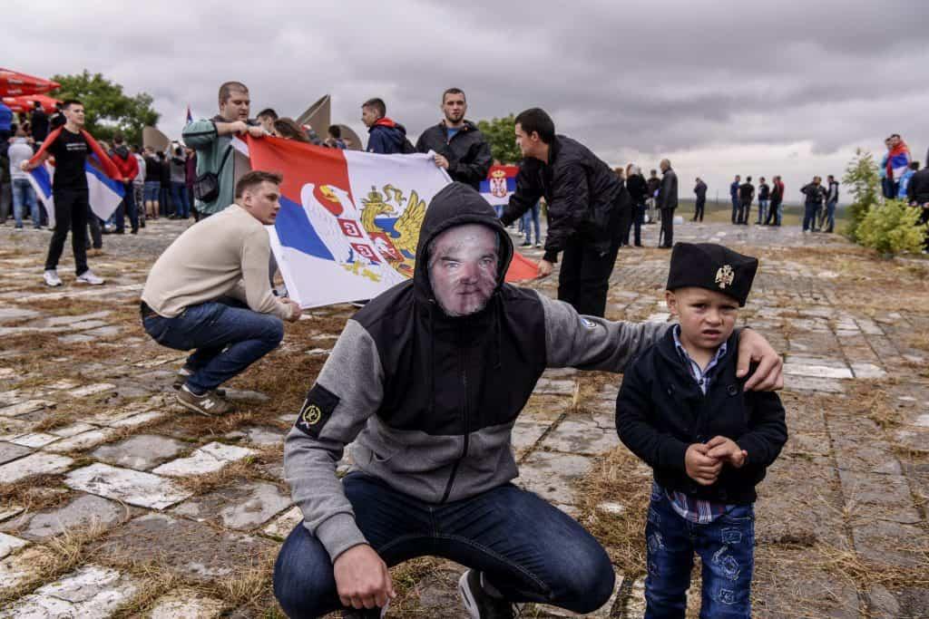 Egy Mladics-maszkos ünneplő pózol egy fiúval együtt a Rigómezei csata emlékére rendezett ünnepségen Pristina mellett 2018. július 28-án #moszkvater