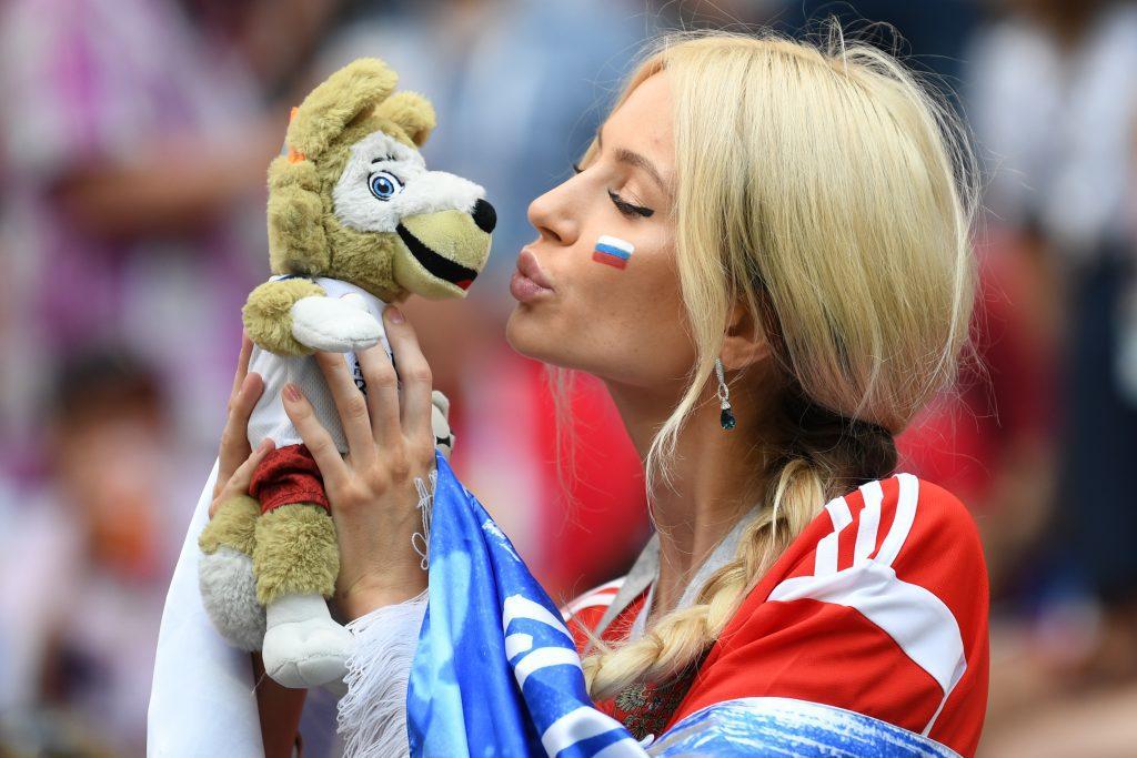 Egy orosz szurkoló Zabivakával, a Labdarúgó Világbajnokság kabalafigurájával #moszkvater
