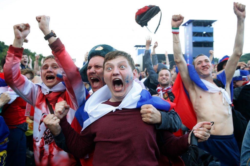 Orosz szurkolók örülnek a válogatott győzelmének Moszkvában, miután Oroszország válogatottja tizenegyesekkel megverte a spanyol válogatottat 2018. július 1-én #moszkvater