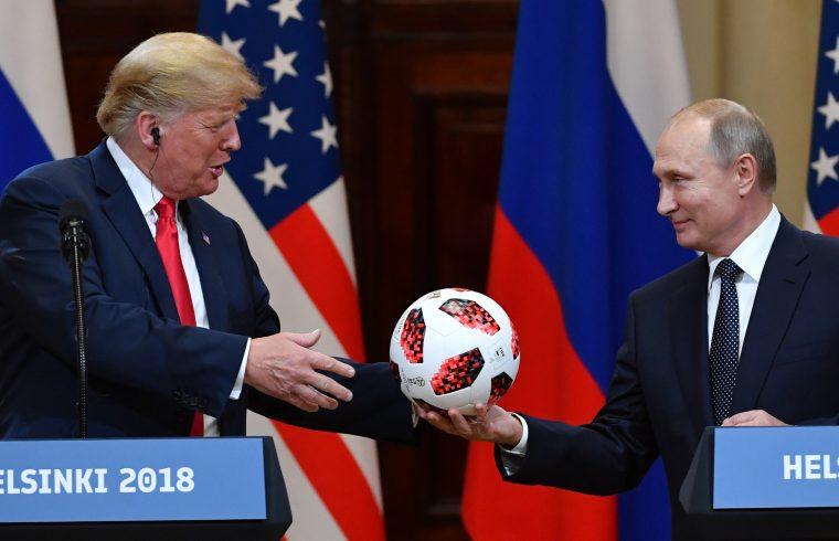 Vlagyimir Putyin orosz elnök a Labdarúgó-világbajnokság hivatalos labdáját ajánékozza Donald Trump amerikai elnöknek Helsinki találkozásuk sajtótájékoztatóján 2018. július 16-án #moszkvater