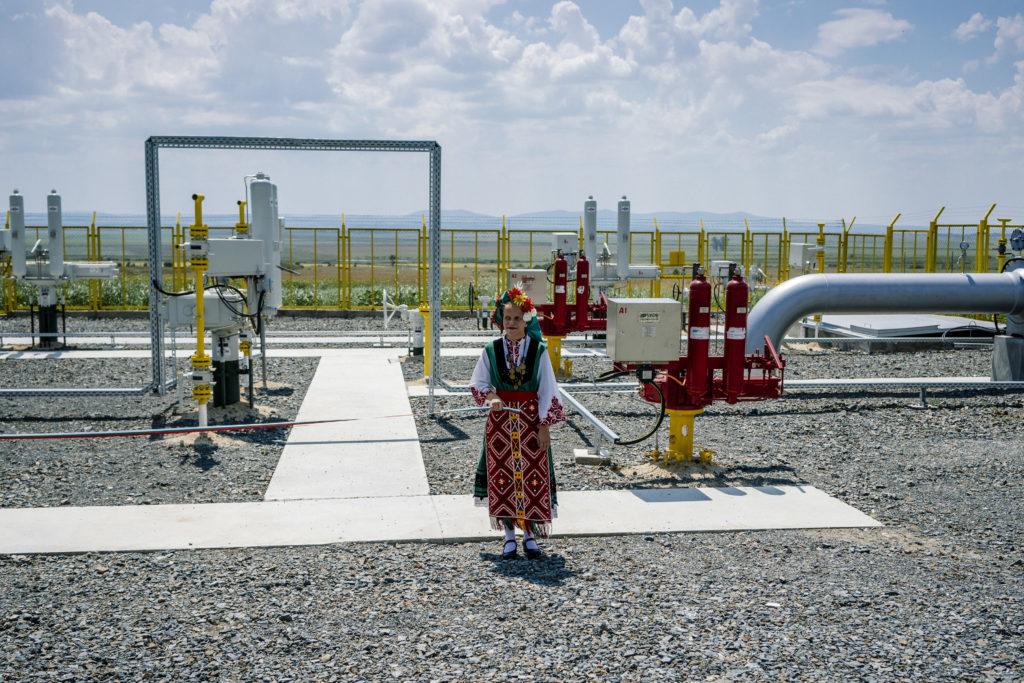 Egy bolgár népviseletbe öltözött hosztesz a Lozenec-Nedyalsko gázvezeték átadásán 2018. augusztus 3-án Fotó:EUROPRESS/AFP/Dimitar Dilkoff #moszkvater