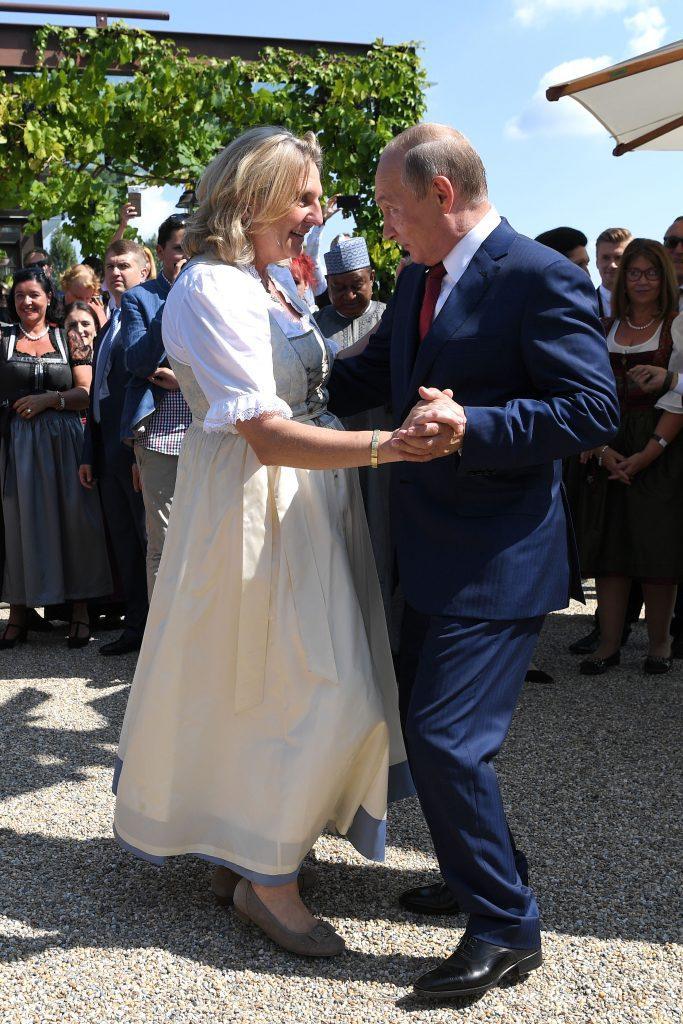 Vlagyimir Putyin orosz elnök táncol az osztrák külügyminiszterrel, Karin Kneissllel annak esküvőjén Gamlitzban, 2018. augusztus 18-án #moszkvater