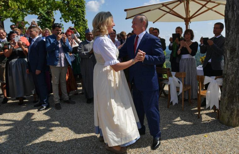 Karin Kneissl osztrák külügyminiszter esküvőjén Vlagyimir Putyin orosz elnökkel táncol 2018 augusztus 18-án táncol az ausztriai Stájerországban, Gamlitzben #moszkvater