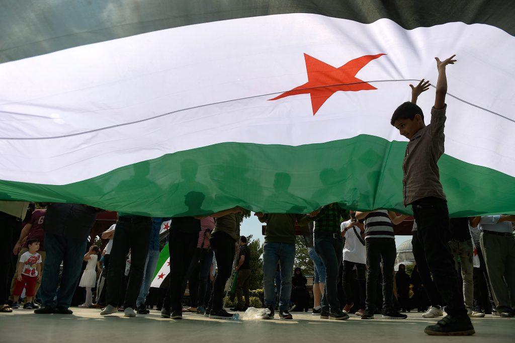 Egy gyermek tartja a Szabad Szíriai Hadsereg (Free Syrian Army) zászlaját egy tüntetésen a Fatih mecset előtt Isztambulban 2018. szeptember 7-én, tiltakozásul a szíriai katonai akciók ellen, ami az észak-nyugat szíriai Idlib tartományt felügyelő lázadók ellen indult. Fotó:EUROPRESS/AFP/Yasin Akgul #moszkvater