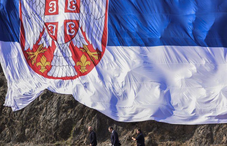 Egy hatalmas szerb nemzeti zászló alatt sétál el Alekszandar Vucsics szerb elnök 2018. szeptember 8-án, kétnapos hivatalos koszovói látogatásán, a Gazivoda-tónál Fotó:EUROPRESS/AFP/Armend Nimani #moszkvater