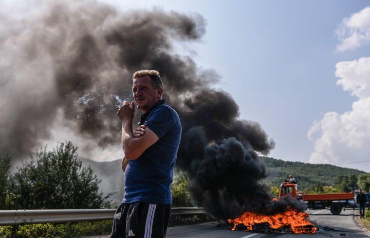 Koszovói albánok barikádja Mitrovica közelében, hogy megakadályozzák Alexander Vucic látogatását Banje faluban 2018. szeptember 9-én Fotó:EUROPRESS/AFP/Armend Nimani #moszkvater