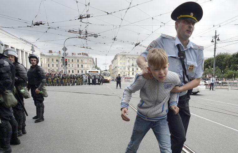 Orosz rendőr egy fiatal fiút hurcol el Szentpéterváron, a nyugdíjkorhatár tervezett emelése ellen tartott tüntetésen 2018. szeptember 9-én Fotó:EUROPRESS/AFP/Olga Maltseva #moszkvater