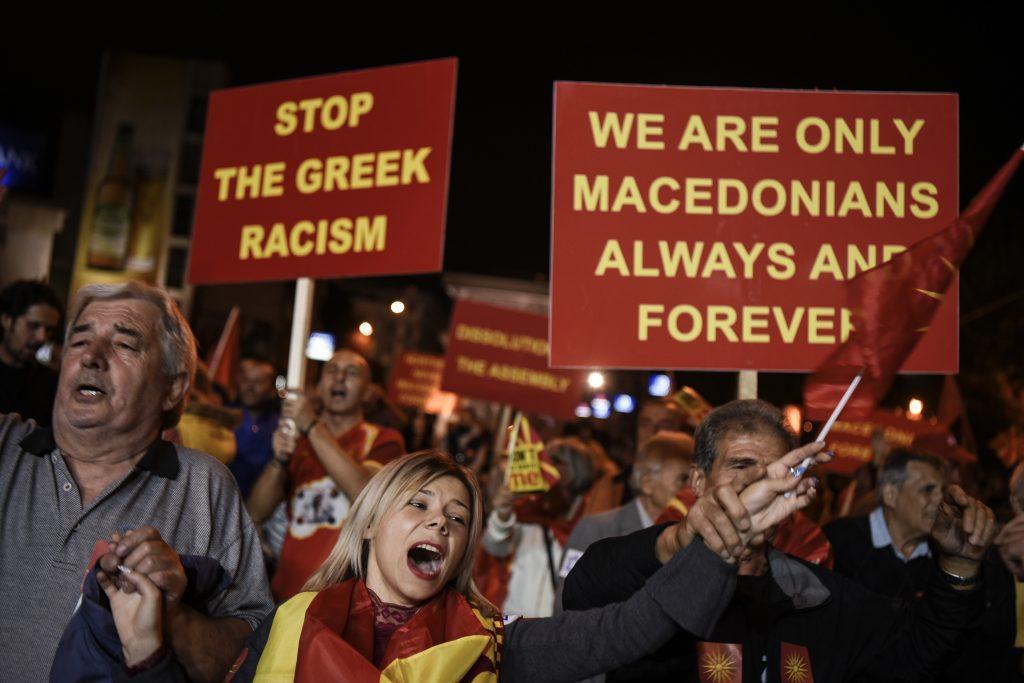 Macedónia nevének megváltoztatása ellen tüntetők örülnek a szkopjei parlament előtt 2018. szeptember 30-án, hogy az erre kiírt népszavazás a szavazáson megjelentek alacsony száma miatt érvénytelen lett #moszkvater