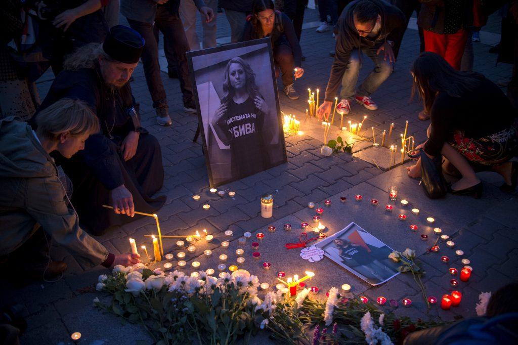 A meggyilkolt Viktorija marinovára emlékeznek Szófia belvárosában mécseseket gyújtva 2018. október 8-án #moszkvater