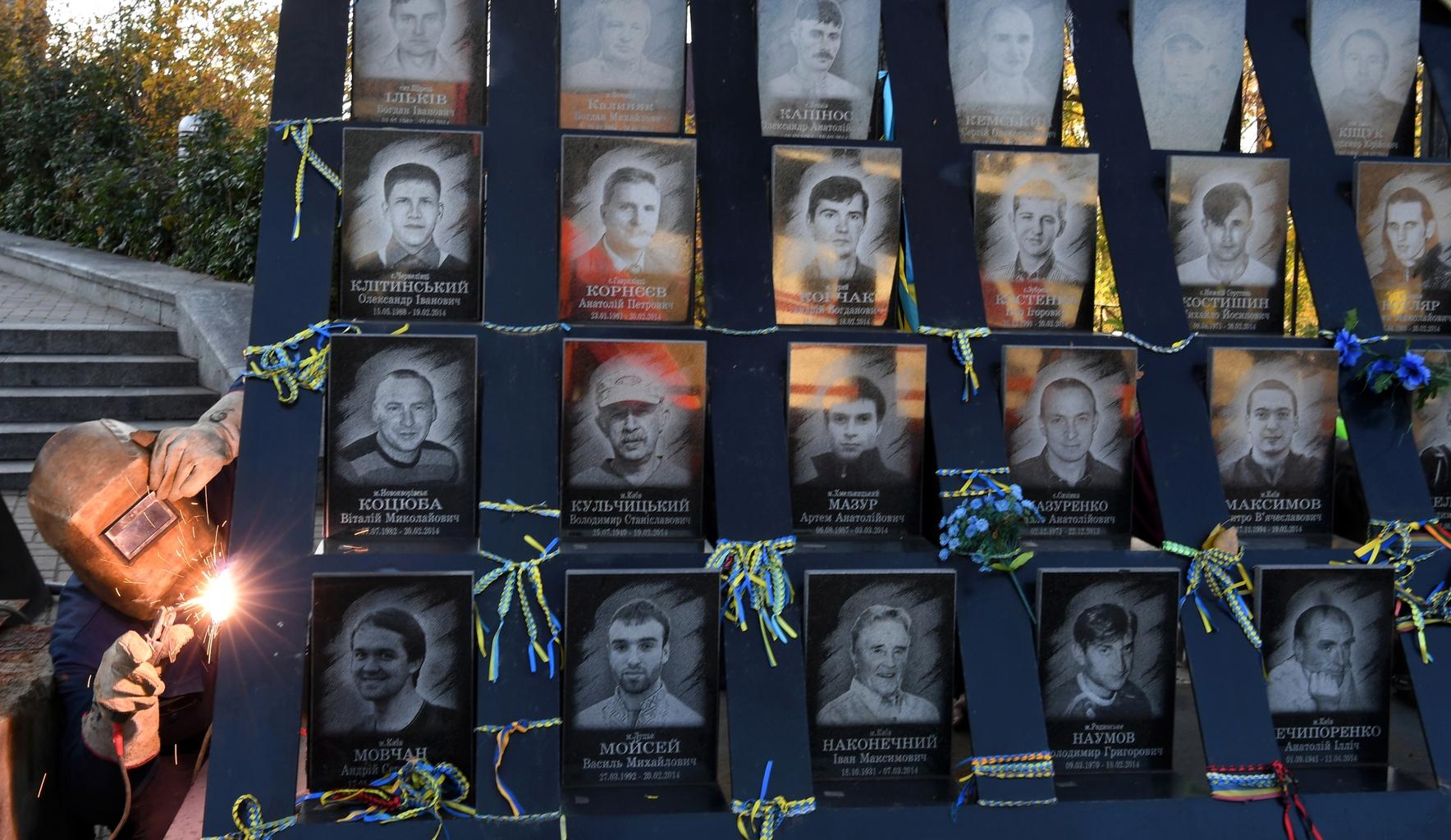 """Egy munkás bontja a """"Mennyei Százak Emlékművét"""" Kijevben 2018. november 7-én. Az emlékművet elbontották, hogy további rendőrségi nyomozást lehessen elvégezni a mesterlövészek által elkövetett gyilkosság helyszínén Fotó:EUROPRESS/Sergei Supinsky/AFP #moszkvater"""