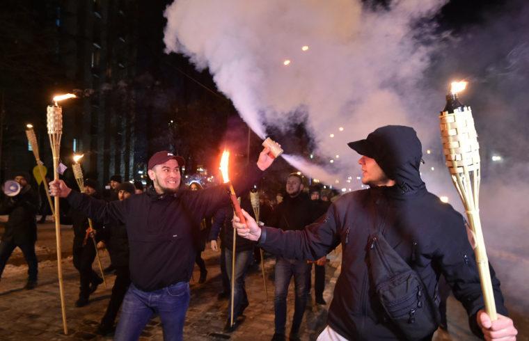 Füstbombákkal a kézben tüntető fiatalok a kijevi Majdanon 2018. november 29-én #moszkvater