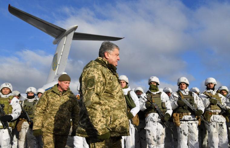 Petro Porosenko ukrán elnök az ozernei légibázison az ország keleti részére küldése előtti eligazításon a deszantosok között 2018. december 6-án Fotó:EUROPRESS/AFP/Sergei Supinsky #moszkvater