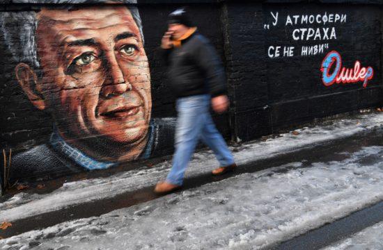 Egy gyalogos a meggyilkolt koszovói szerb politikust Oliver Ivanovicsot ábrázoló graffiti előtt Belgrádban, 2019. január 14-én #moszkvater