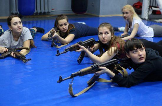 Ukrán nők tanulják a fegyverhasználat alapjait egy önvédelmi tanfolyamon Mariupol egy bevásárlóközpontjában tartott tanfolyamon 2019. január 26-án #moszkvater