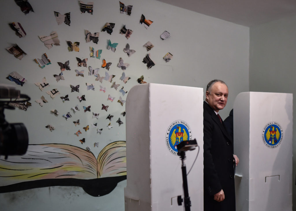 A választáson győztes ellenzéki szocialisták vezetője, Igor Dodon leadja szavazatát a moldovai Chisinau egyik választási helyiségében 2019. február 24-én #moszkvater