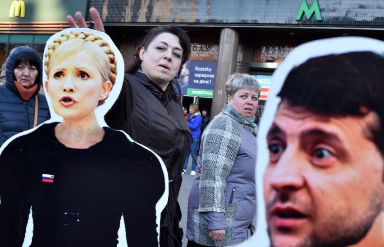 Kijevi életkép Julija Timosenko és Volodimir Zelenszkij papírfiguráival a választások előtt 2019. március 29-én #moszkvater