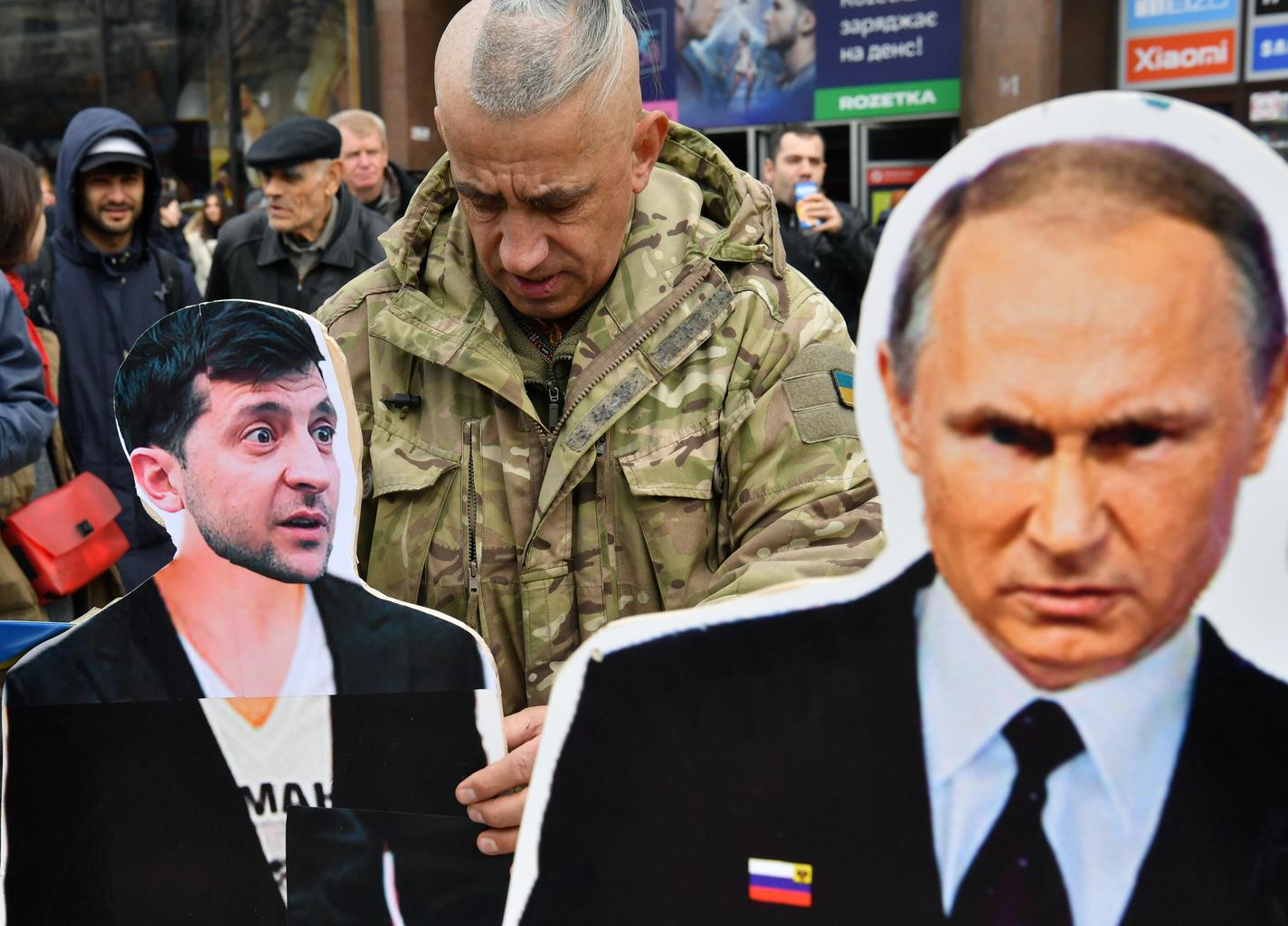 Egy tüntető Kijev központjában Zelenszkijt és Putyint ábrázoló papírfigurákkal, az ukrán elökválasztást megelőzően 2019. március 29-én #moszkvater