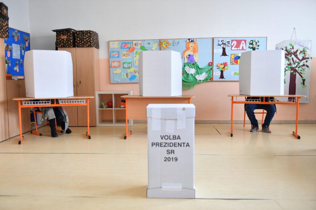 Szavazók a szlovákiai elnökválasztás második fordulójában 2019. március 30-án, az Alexander Dubcek általános iskola szavazóhelyiségében a Pozsony melletti Dlhe Diely-ben #moszkvater