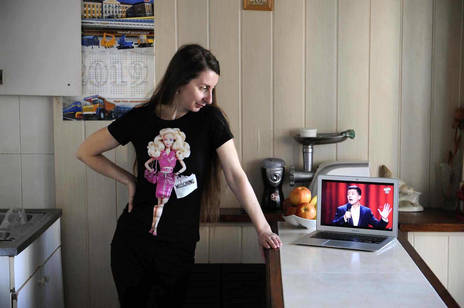 """""""Új elnök, új esély!"""" Olga Shulyateva kijevi háziasszony konyhájában nézi az ukrán televízió adását Volodimir Zelenszkij választási igéreteiről 2019. április 7-én, az ukrán elnökválasztás előtt #moszkvater"""