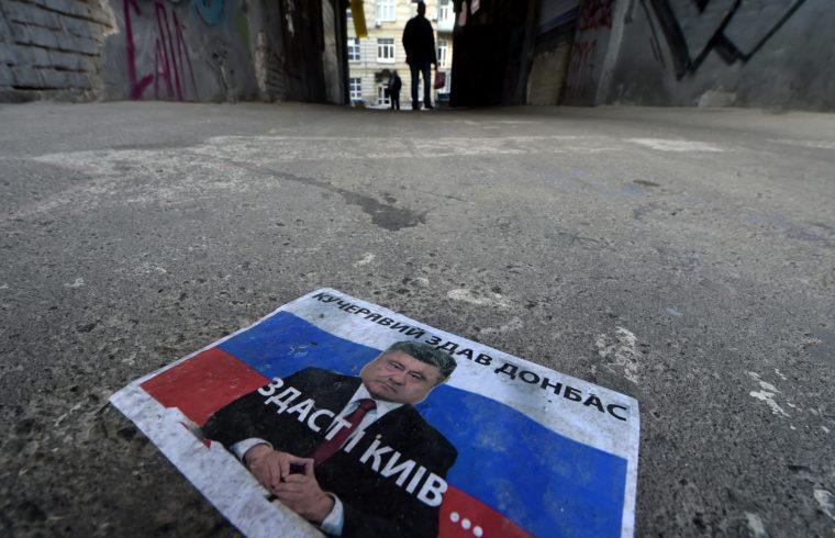 """""""A Kreml sokáig Porosenko győzelmére készült"""" Petro Porosenko választási plakátja letépve a földön hever Kijevben az ukrán elnökválasztás napján 2019. április 21-én #moszkvater"""