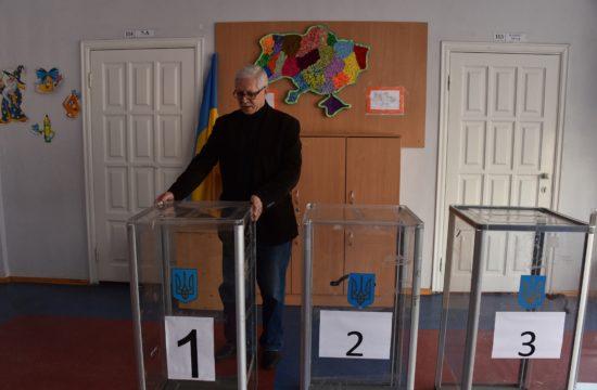 A szavazóurnákat rendezi a helyére a választási bizottság egy tagja egy kijevi választási helyiségben 2019. április 20-án, az Ukrán elnökválasztást megelőző nap estéjén #moszkvater