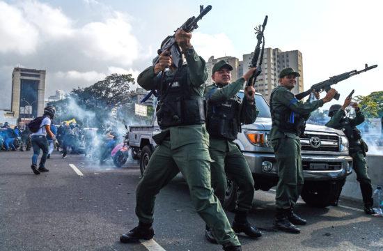 A venezuelai már-már polgárháborús állapotok miatt emelkedik az olaj ára, ennek ellenére harmónia van az olajpiacon. A Juan Gaido, venezuelai ellenzéki vezetőhöz csatlakozott bolíviai Nemzeti Gárda tagjai verik vissza a Maduro elnökhöz hű erők egy csapatát Caracasban 2019. április 30-án