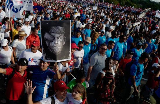 Donald Trump poszterrel felvonulók Havannában a Forradalom terén 2019. május 1-én #moszkvater