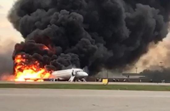 A lángoló Superjet a moszkvai Seremetyjevo kifutóján 2019. május 5-én #moszkvater