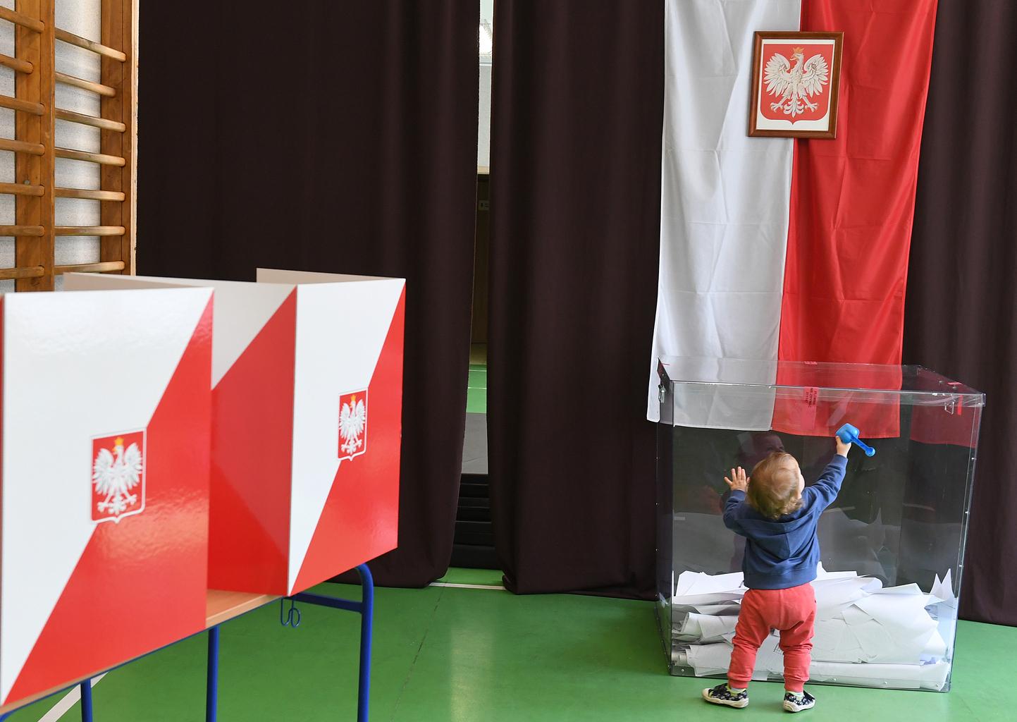 Egy kisgyermek játszik az európai választások során egy szavazóhelyiségben Varsóban, 2019. május 26-án #moszkvater
