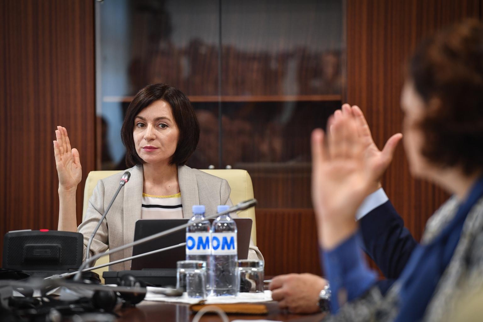 Maia Sandu moldáv miniszterelnök és kabinetének tagjai szavaznak az első kormányülésen Chisinauban 2019. június 10-én #moszkvater