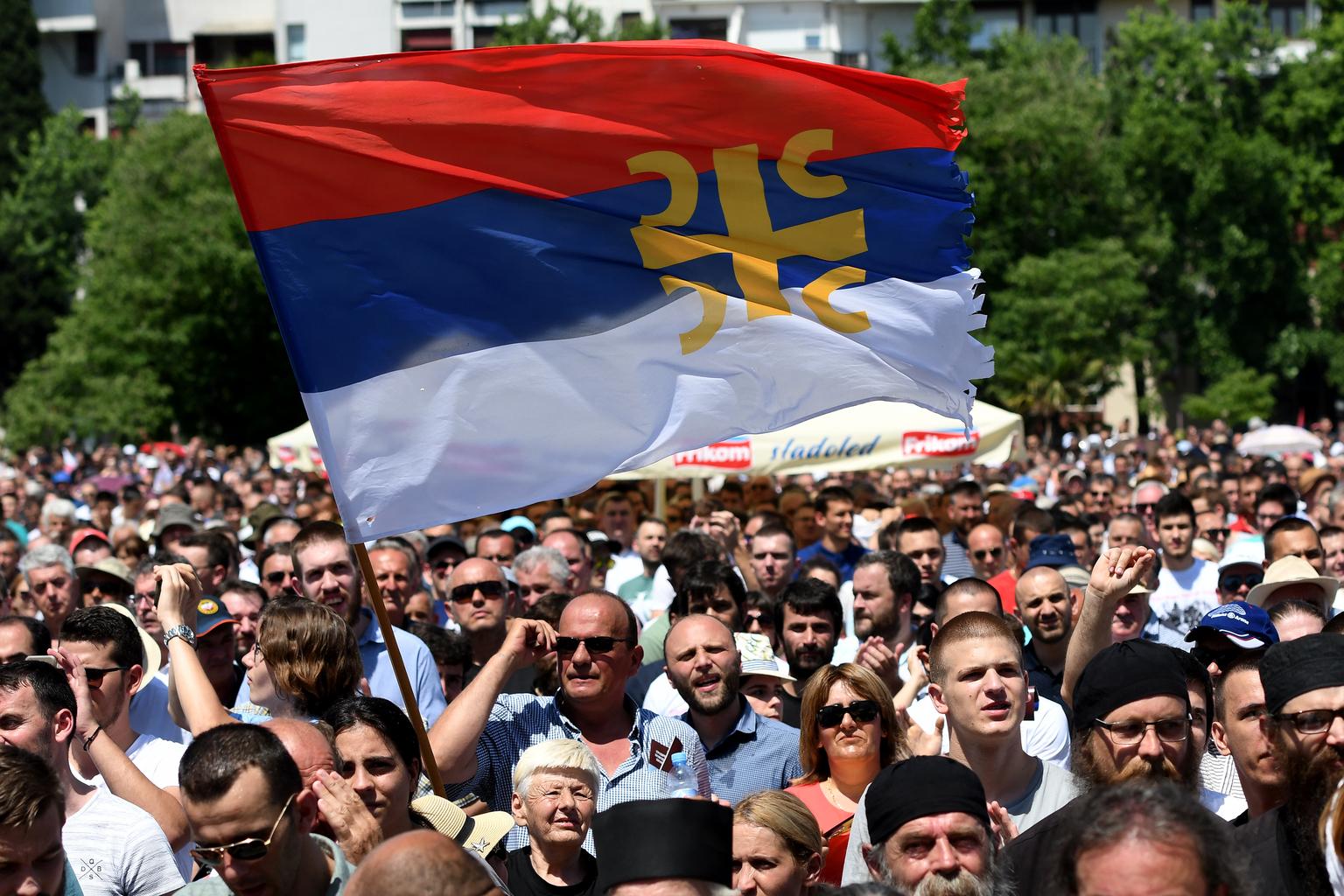 Résztvevők a szerb kormány szabadtéri tanácsának gyűlésén Podgoricában 2019. jónius 15-én, ahol ismertették azt a törvénytervezetet, amely kimondja, hogy a Szerb Ortodox Egyház a Balkán nemzeteinek legnagyobb közössége #moszkvater
