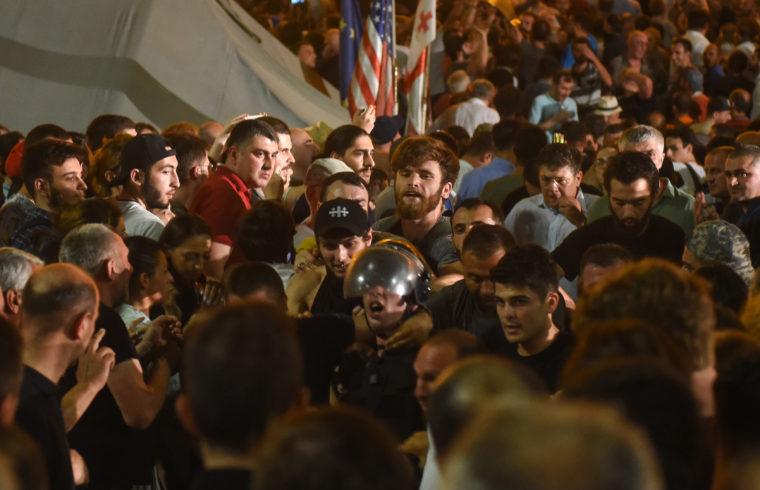 Oroszellenes ellenzéki tüntetők a Tbiliszi parlament előtt 2019. június 20-án #moszkvater