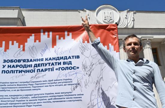 Szvjatoszlav Vakarcsuk ukrán rocksztár, a Golos párt vezetője a győzelem jelét mutatja az ukrán választási kampány egyik kampányeseményén Kijevben, 2019. június 25-én Fotó:EUROPRESS/Sergei Supinsky/AFP #moszkvater