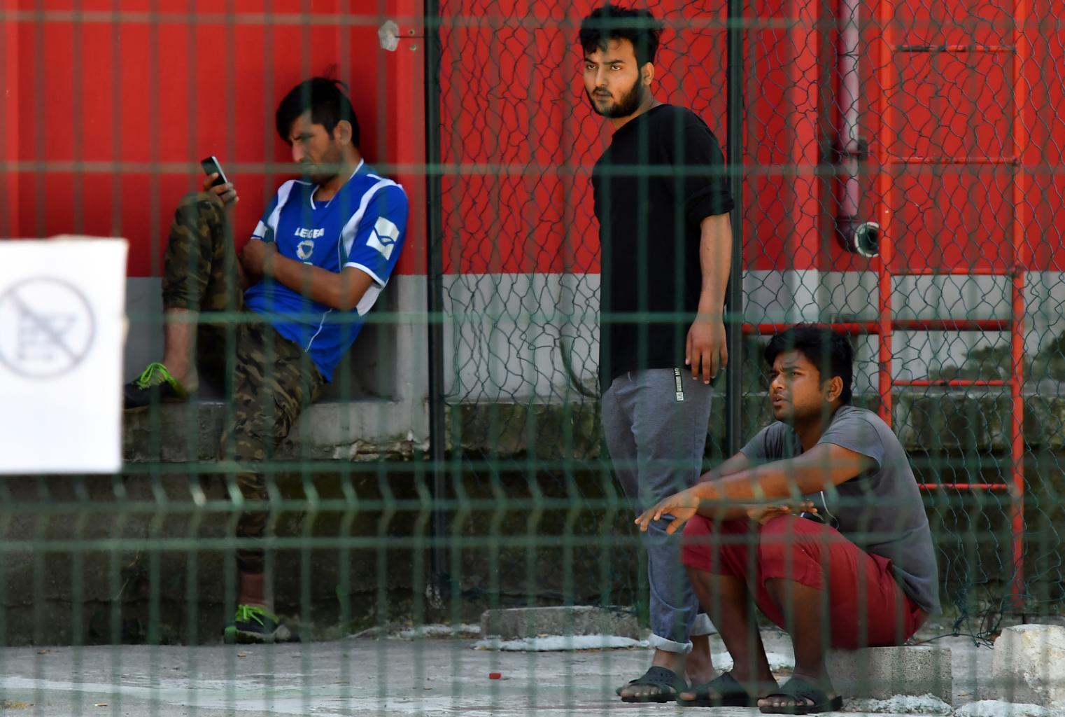 """Illegális migránsok az Észak-Boszniai Bihac melletti """"Bira"""" menekülttáborban 2019. július 3-án #moszkvater"""