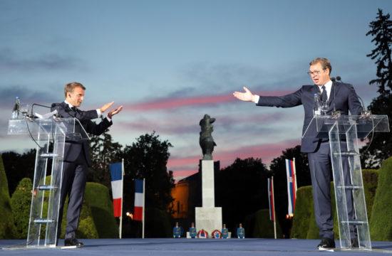 """Emmanuel Macron francia és Alekszandar Vucsics szerb elnök a felújított """"Hálából Franciaországnak"""" emlékmű előtt a belgrádi Kelemegdán parkban tartott ünnepségen 2019. július 15-én Fotó:EUROPRESS/Ludovic Marin/AFP #moszkvater"""